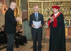 Dekan Prof. Dr. Thomas Klie, Prof. Markus J. Langer und Rektor Prof. Dr. Wolfgang Schareck